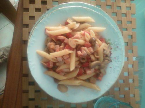 Penne con prosciutto cotto, pomodori, olive e funghi trifolati.