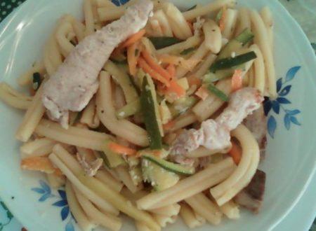 Fusilli con carote e zucchine alla julienne e straccetti di pollo o maiale