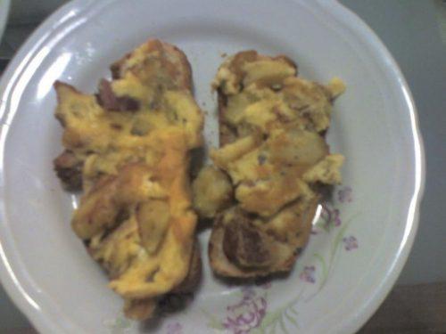 Bruschetta di pane con frittata di patate e pancetta